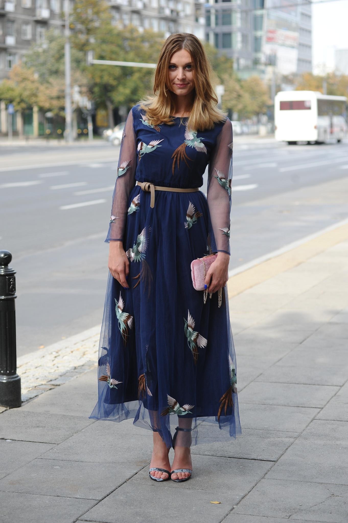 Julia Kamińska w granatowej sukience midi